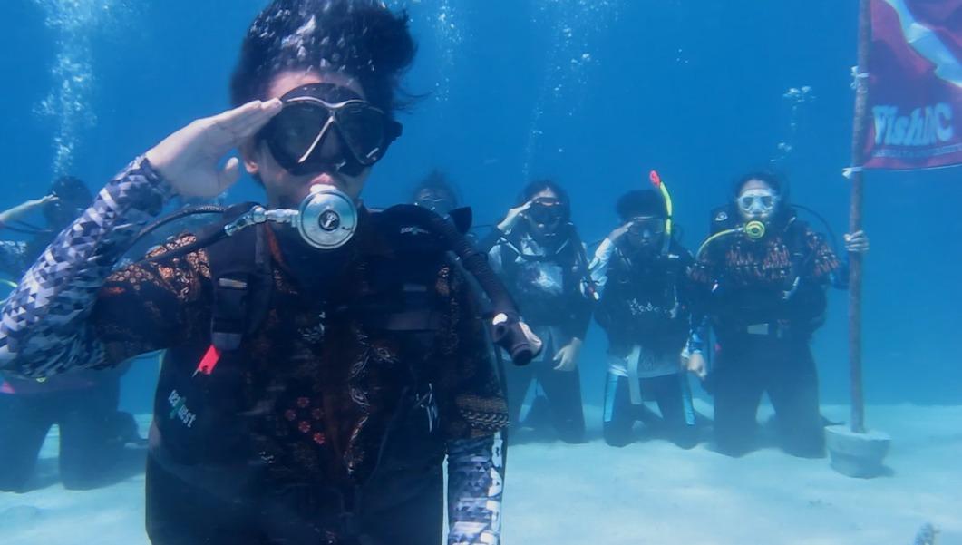 Fishdic Gelar Upacara Sumpah Pemuda di Bawah Laut